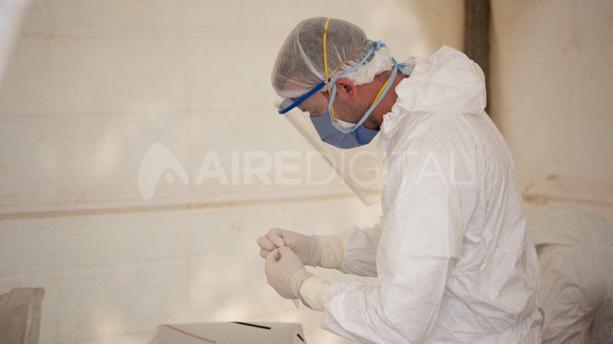 Médicos argentinos realizan hisopados para buscar casos positivos de coronavirus en el país.