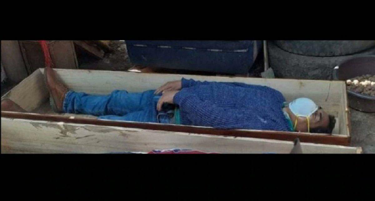 Un alcalde de Perú violó el toque de queda, salió a beber y se hizo el muerto en un ataúd para no ser detenido