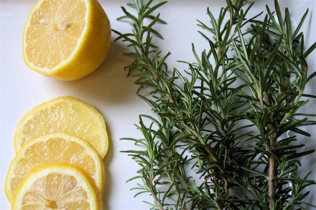 Limón y romero para hacer un shampoo fortalecedor.
