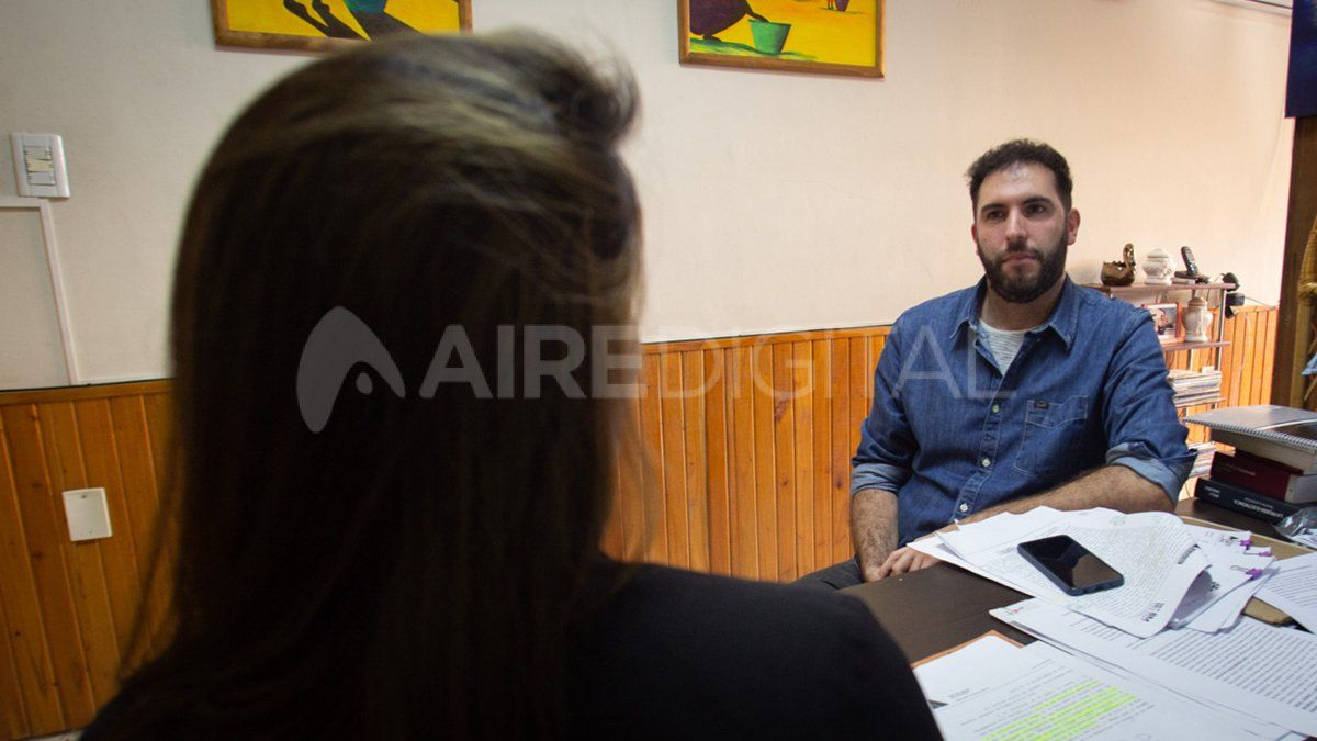 Laprofesora puso como condición que la entrevista sea de espaldas a la cámara.