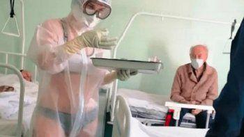 Foto: la enfermera rusa que atiende en ropa interior a pacientes causa polémica en las redes
