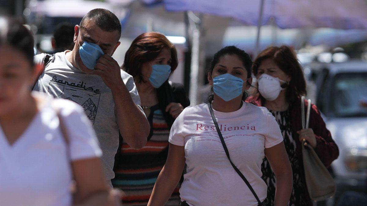 Ciudadanos mexicanos caminan con barbijos para protegerse del coronavirus.