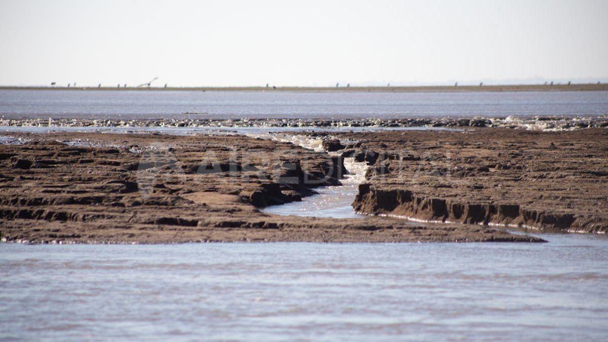 El caudal abrió canales en el lecho de la Laguna.