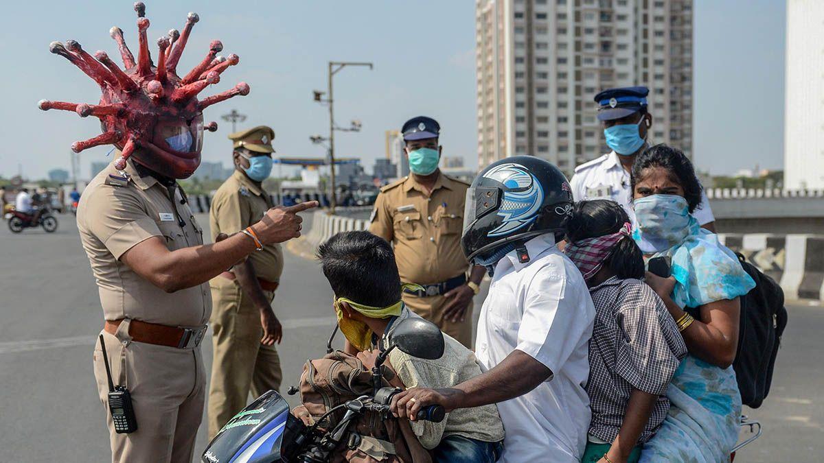 Un policía de la India se vistió de coronavirus para hacer su trabajo de control de la cuarentena.