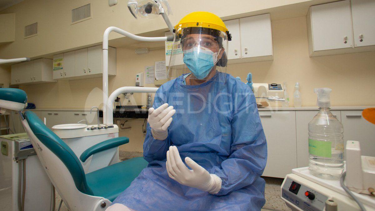 Este es el kit de protección contra el coronavirus que utilizan los odontólogos para atender.