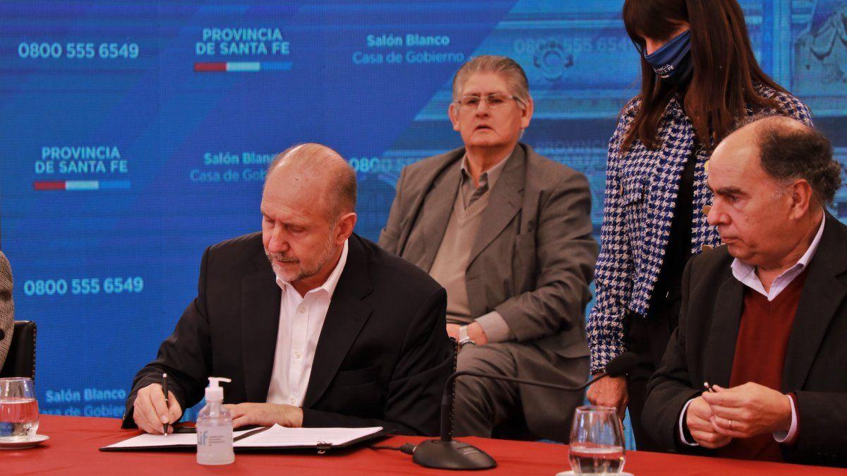 El gobernador de Santa Fe firma un convenio para asistir a las micro y pymes en este contexto de pandemia.
