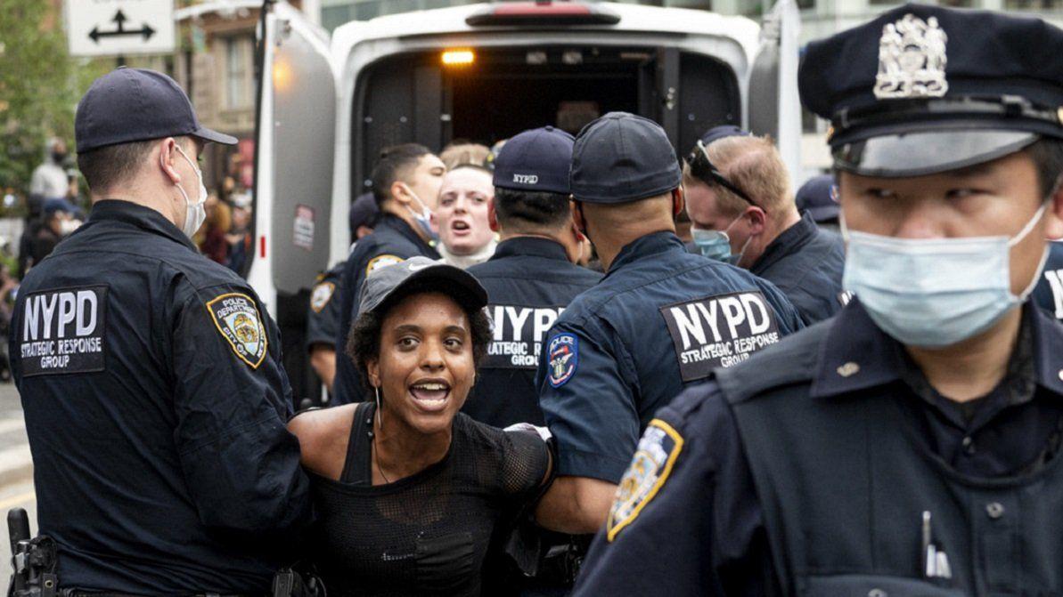 Oficiales de policía detienen a una manifestante durante una protesta de Black Lives Matter2 en Nueva York