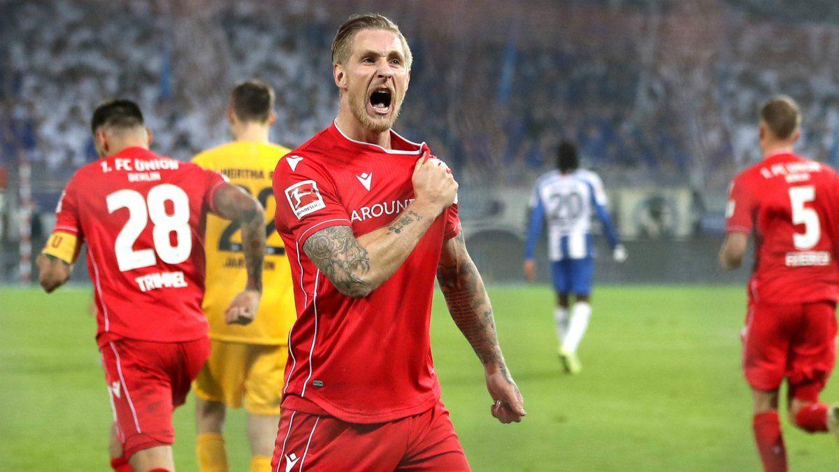 En las redes sociales del club alemán anunciaron que el delantero no jugará hasta la finalización de su contrato.