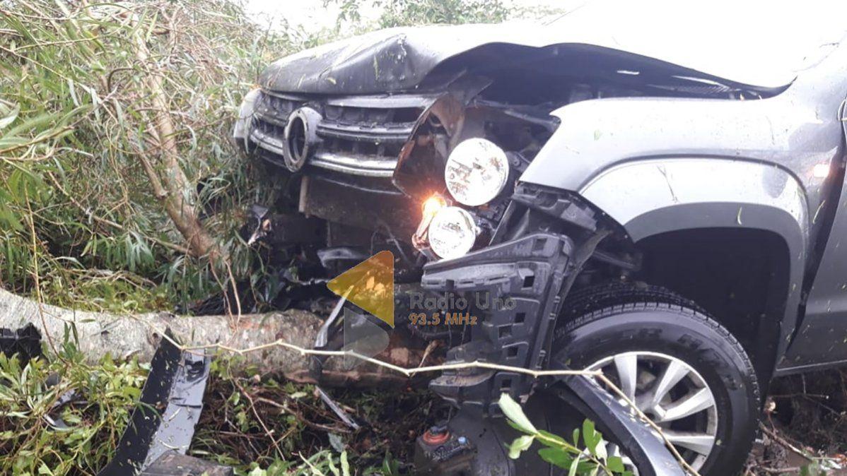 El senador Baucero perdió el control en un charco de agua y se fue con su camioneta al costado de la ruta. Tras la maniobra