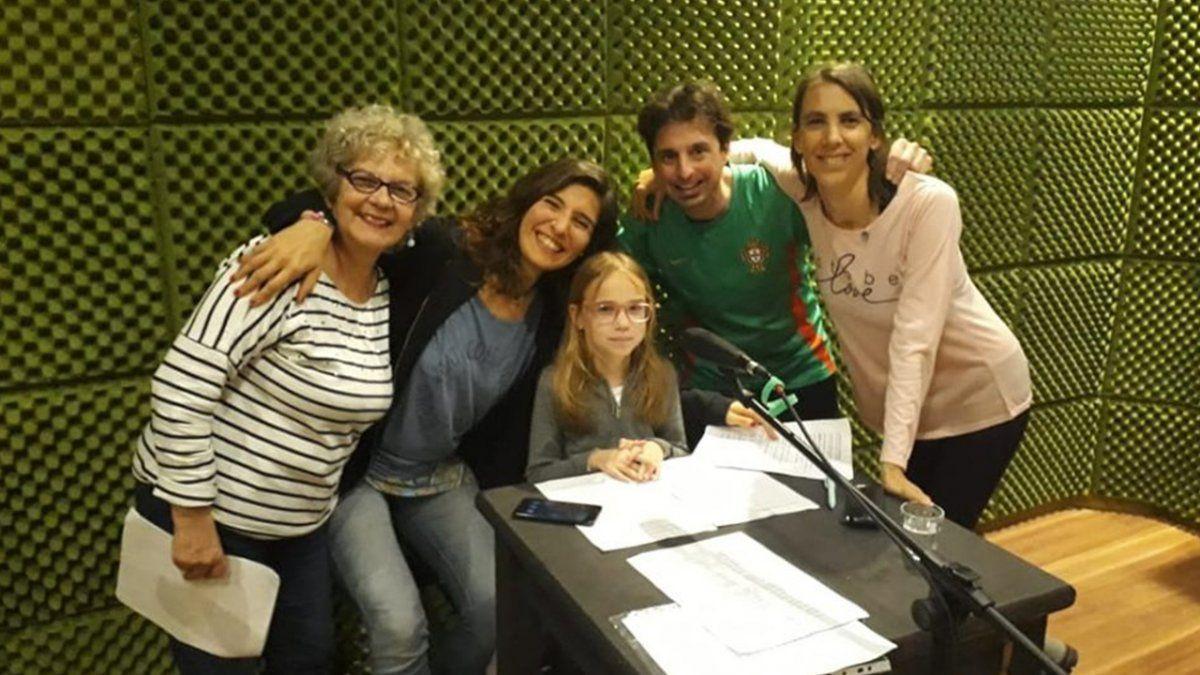 El equipo que cuenta la historia de Araí y el Carpincho en la radio.