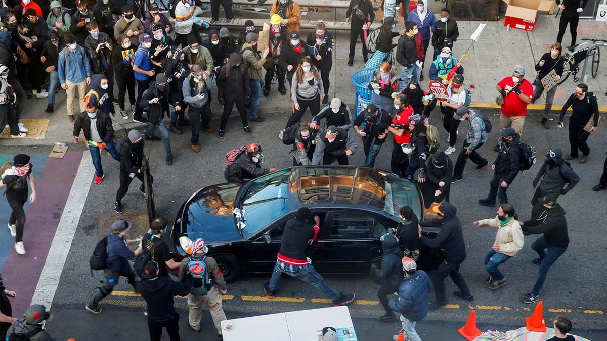 Video: condujo un auto hacia una multitud de manifestantes y abrió fuego en Seattle