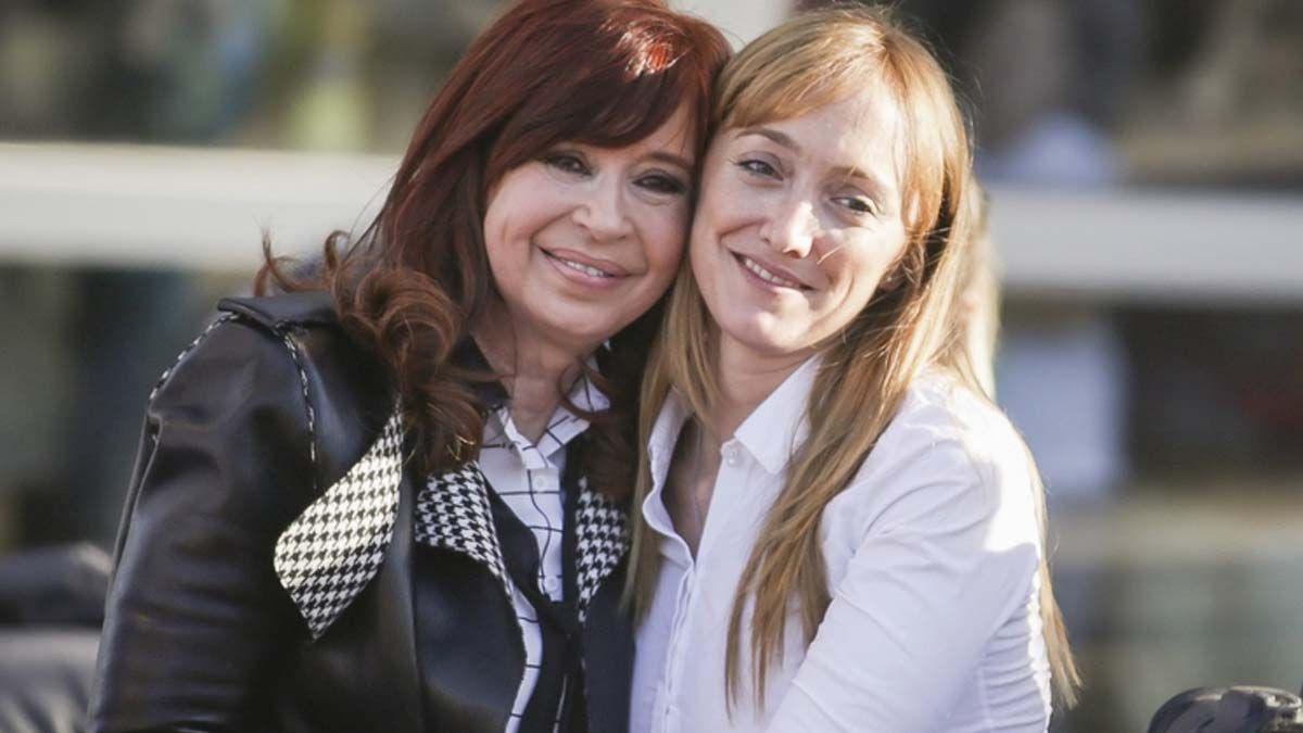Cristina Kirchner se abraza con la senadora Anabel Fernandez Sagasti (Foto: NA)