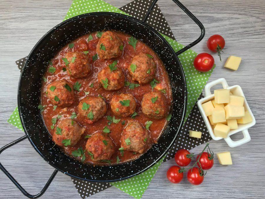 Albóndigas rellenas con queso y salsa de tomate.