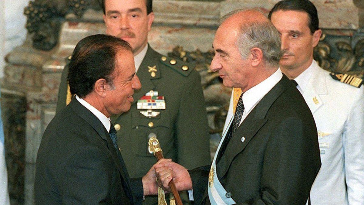 Carlos Menem le entrega el bastón presidencial a Fernando de la Rúa.