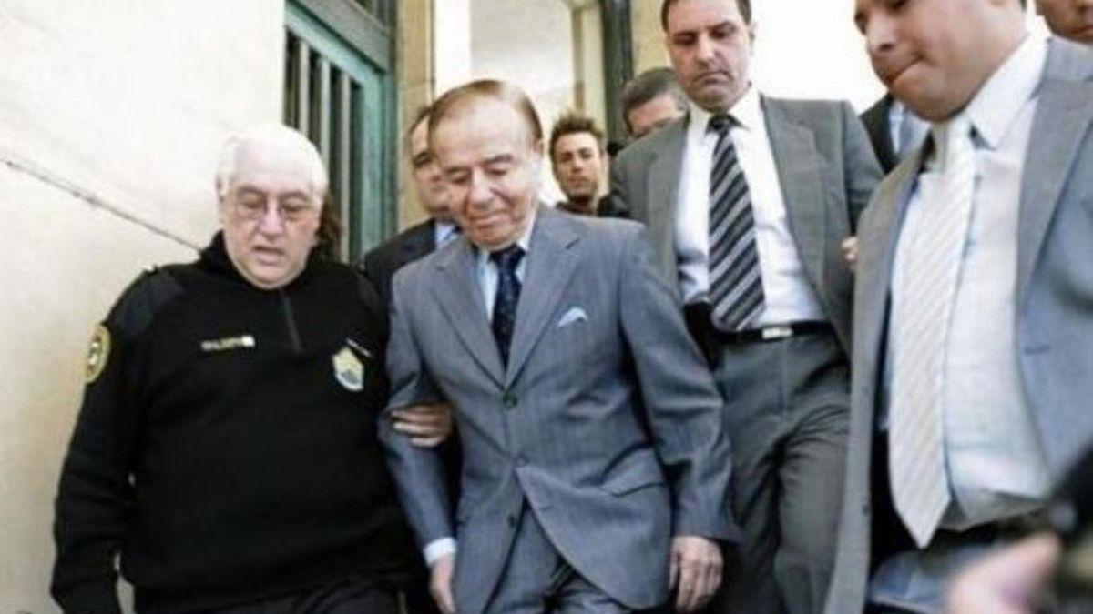 En el 2001, Menem fue detenido por el escándalo de la venta de armas a Ecuador, Croacia y Bosnia durante su presidencia.