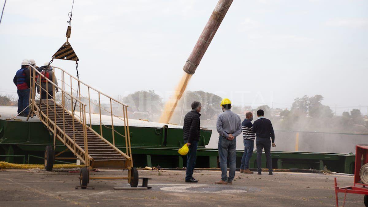 El cargamento de maíz quebrado se descargará en Uruguay.
