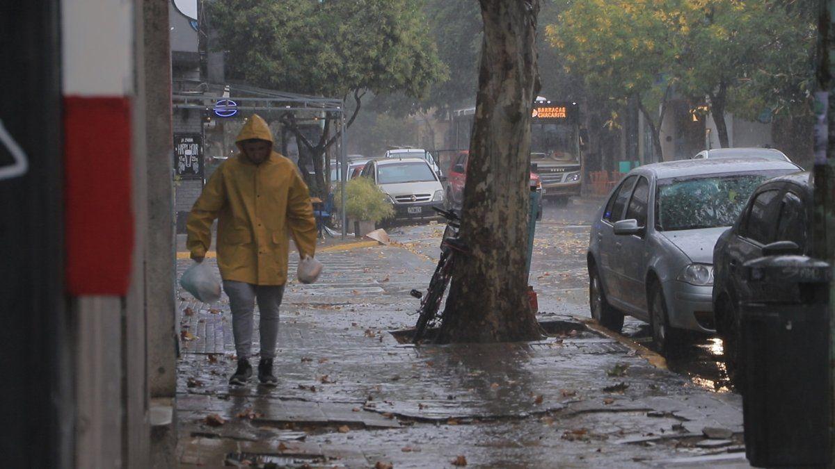 Aviso de lluvias con intensas ráfagas para sur del conurbano y La Plata en las próximas horas