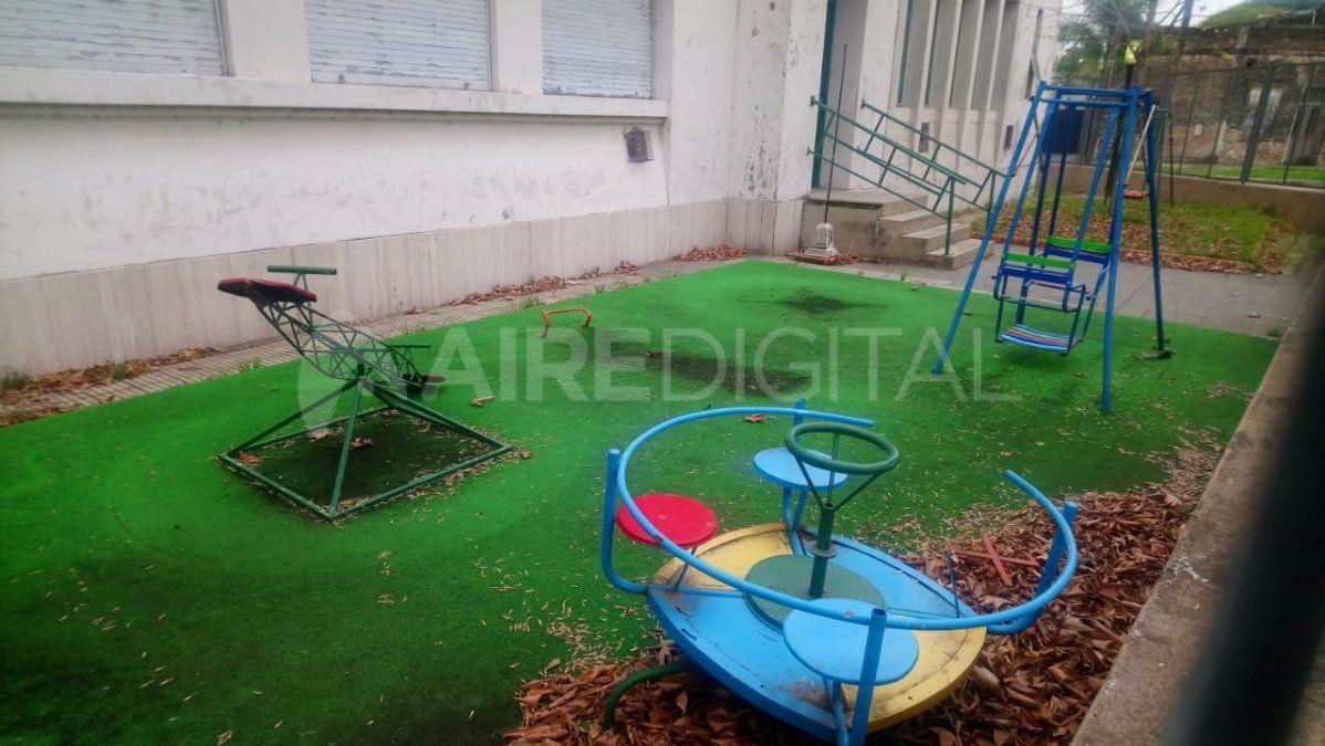 Barrio Roma: arrancaron la calesita y el tobogán de la escuela Avellaneda y se los llevaron