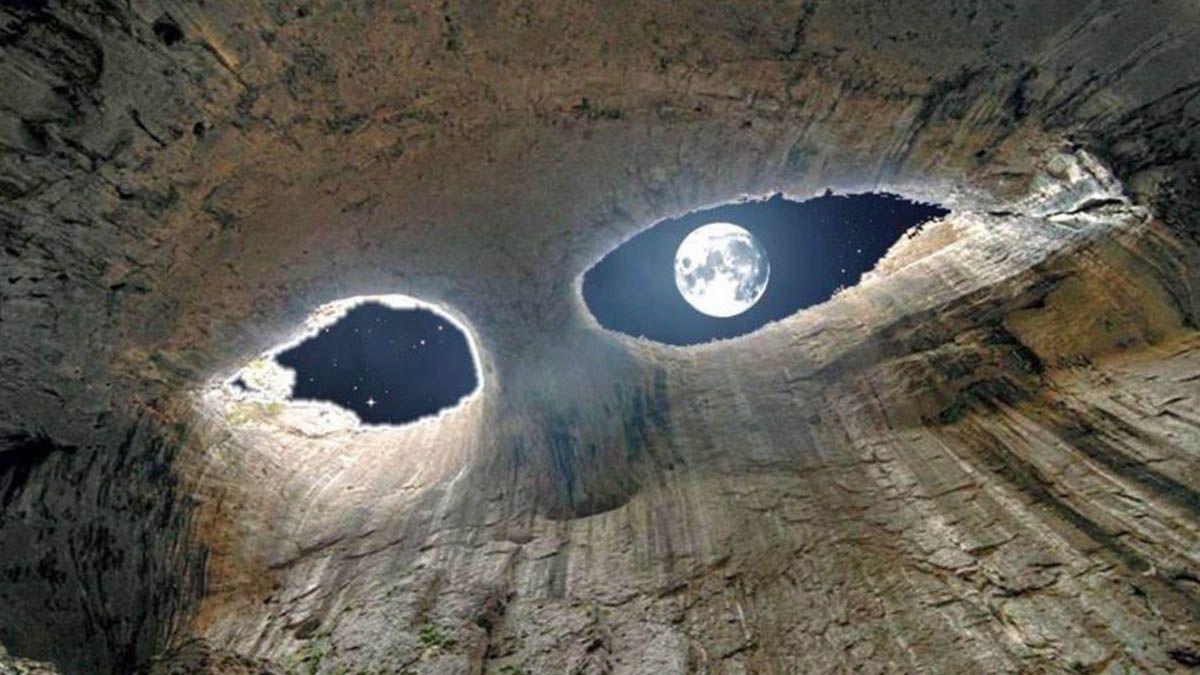 La Luna a través de la cueva de los ojos de Dios.