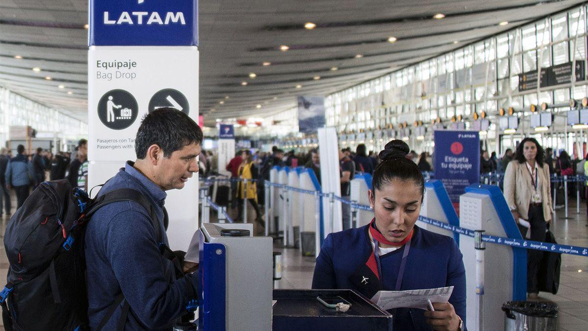 La aerolínea anunció que no volará más en el interior del país y peligran las fuentes de trabajo.
