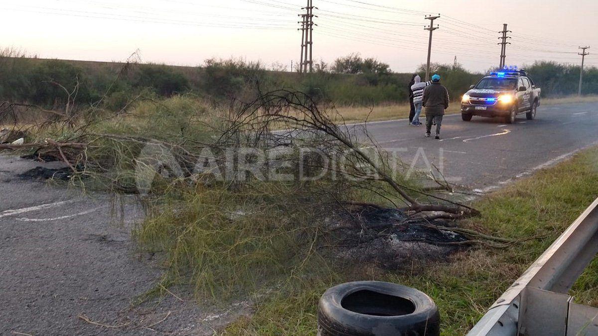 Los manifestantes colocaron ramas de árboles y quemaron cubiertas sobre el asfalto para impedir la circulación de vehículos en ambos sentidos.