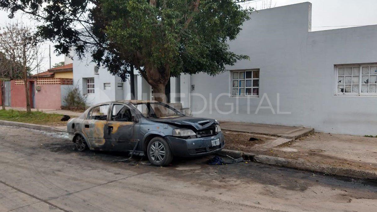 Auto incendiado en la puerta de la Subcomisaría 2da.