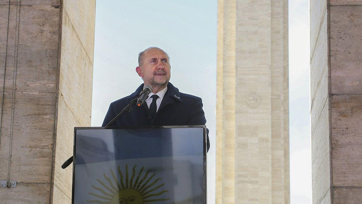 El gobernador Omar Perotti encabezo el acto por el Día de la Bandera en el Monumento de Rosario.