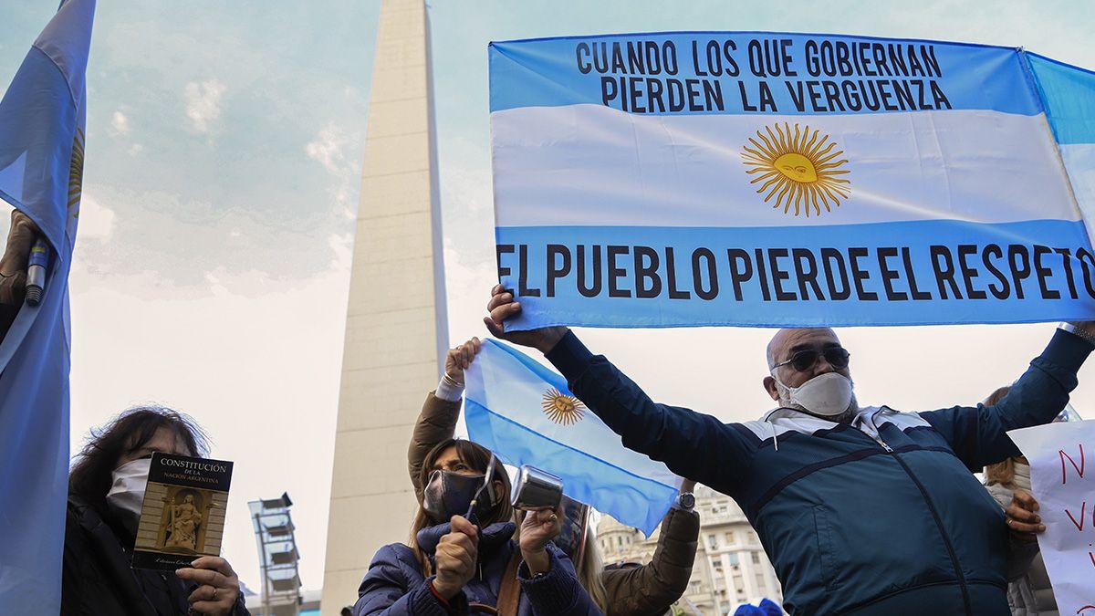 Manifestantes se concentraron esta tarde en el Obelisco porteño en el marco del banderazo convocado para rechazar la posible expropiación de la cerealera Vicentin.