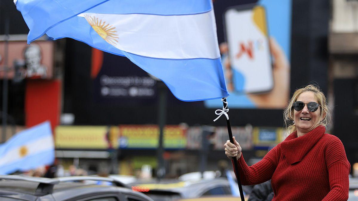 Cientos de porteños se manifestaron con banderas argentinas a pie y en vehículos en inmediaciones del obelisco.
