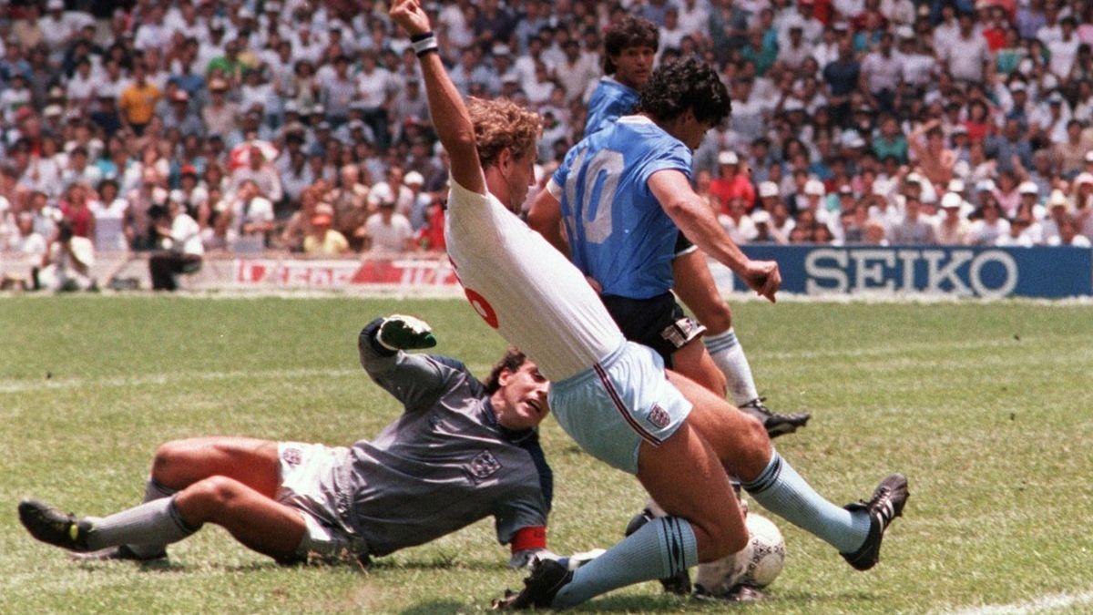 El momento en que Diego Maradona define