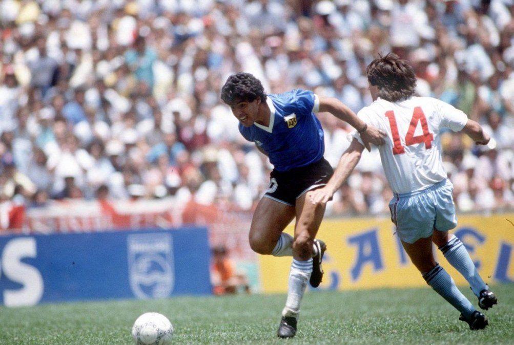 Diego Maradona encaró a toda velocidad y dejó en el camino a seis rivales.
