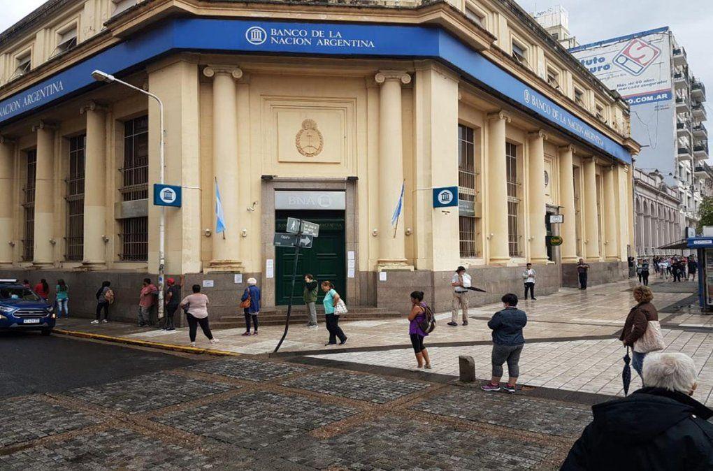 El Banco Nación de Paraná cerró sus puertas este lunes ante la aparición de un caso sospechoso.