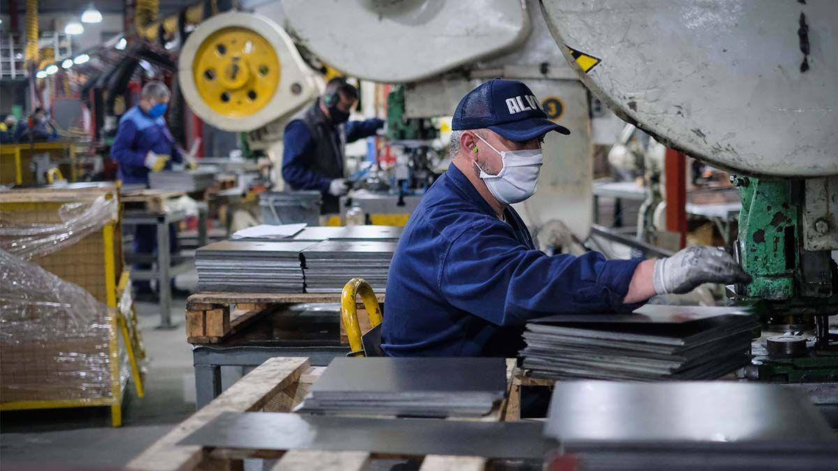 La actividad industrial en abril registró en el país una caída de 31% interanual y de 17