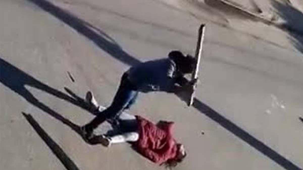Video: feroz golpiza con palos a una catamarqueña tras el robo de su moto