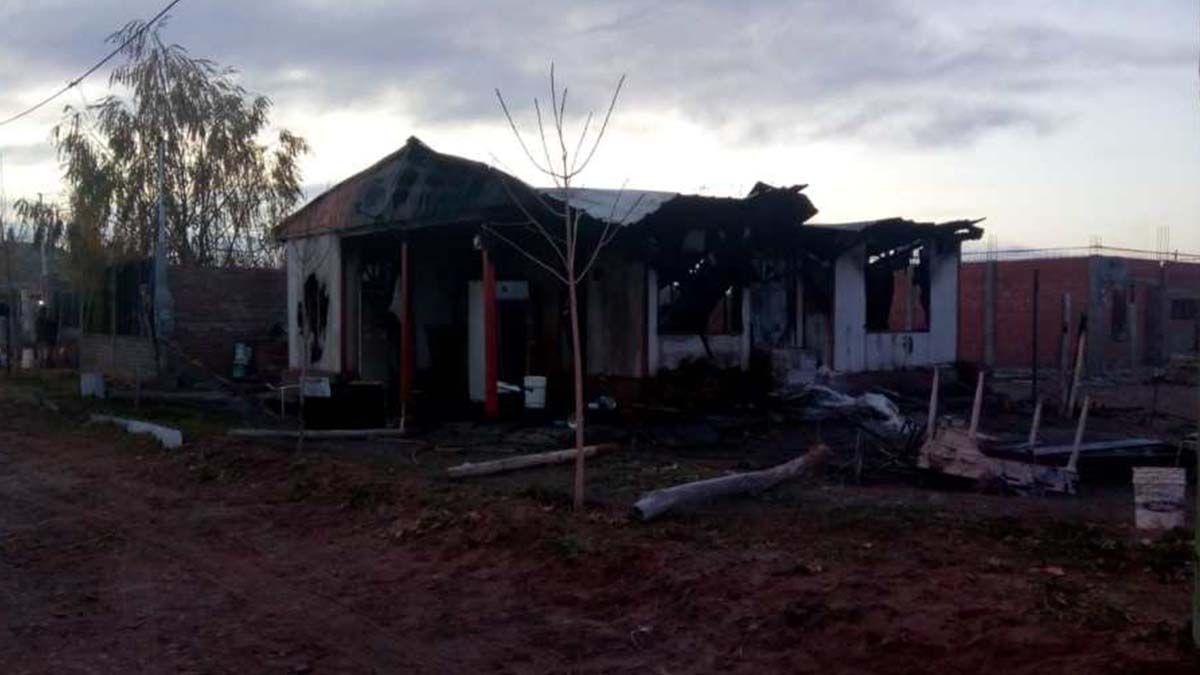 Se incendió una casilla, la pareja con un bebé escaparon del fuego y otro niño murió quemado