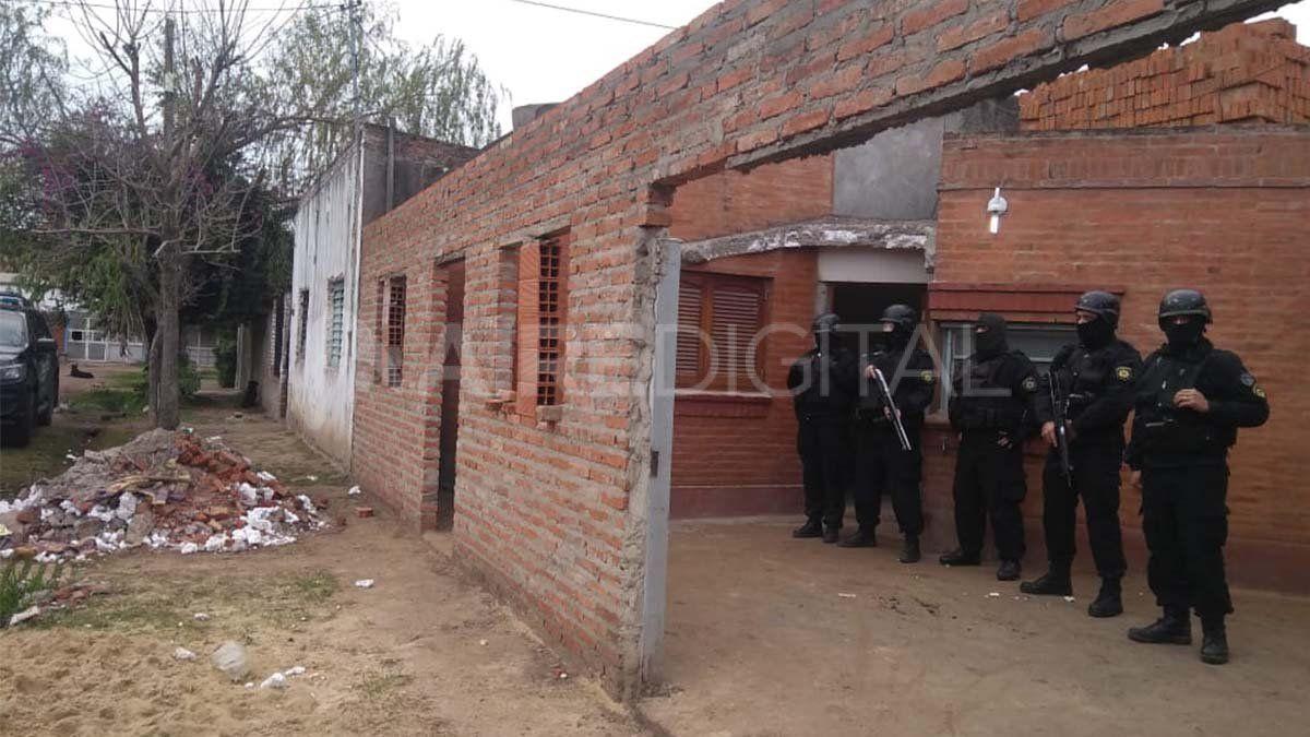Allanaron dos casas en Cabaña Leiva, encontraron armas, municiones y droga