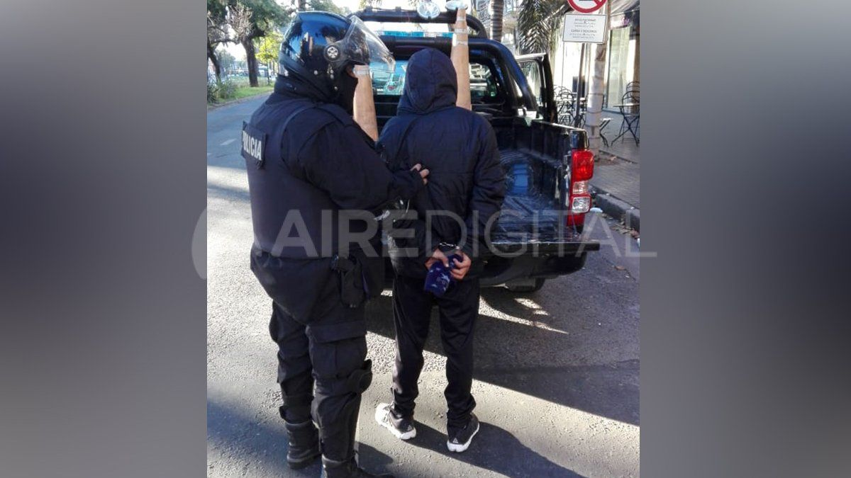 Lo detuvieron en plena mañana con un arma de guerra en Bulevar y Güemes