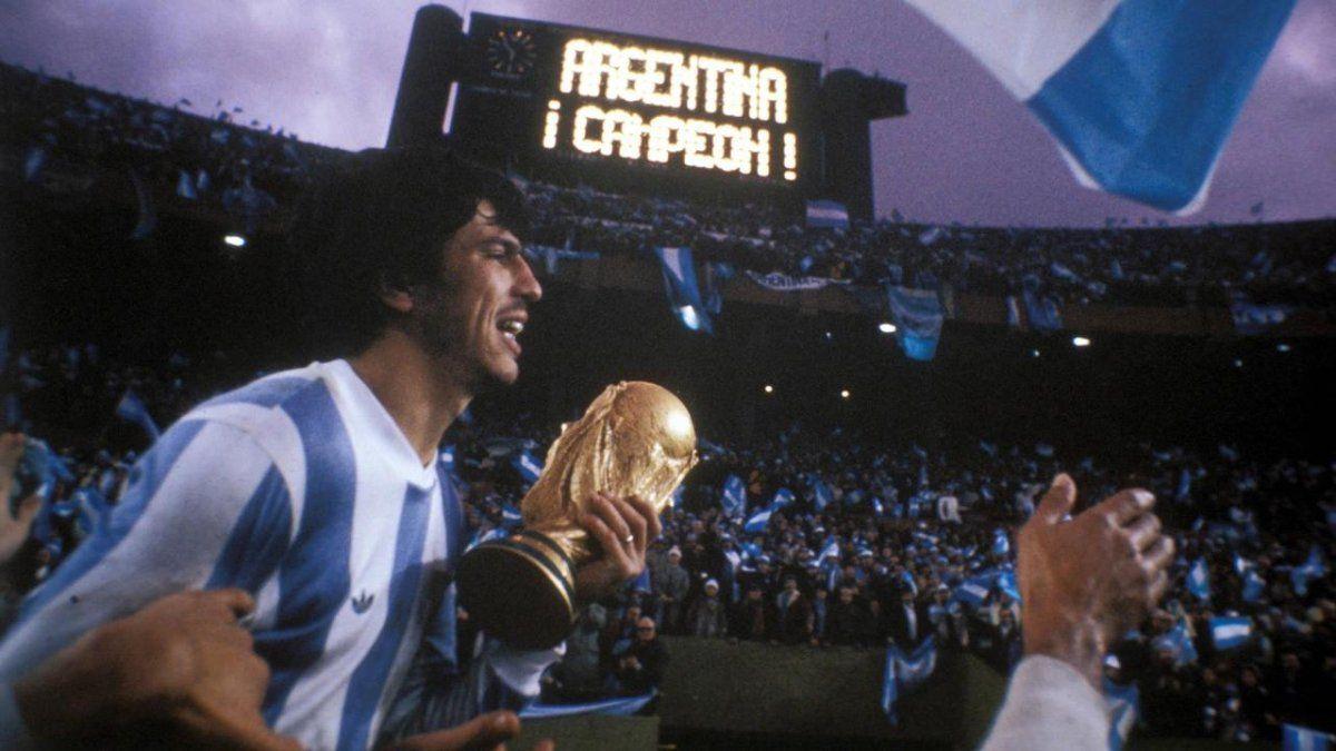 Daniel Passarella con la Copa del Mundo