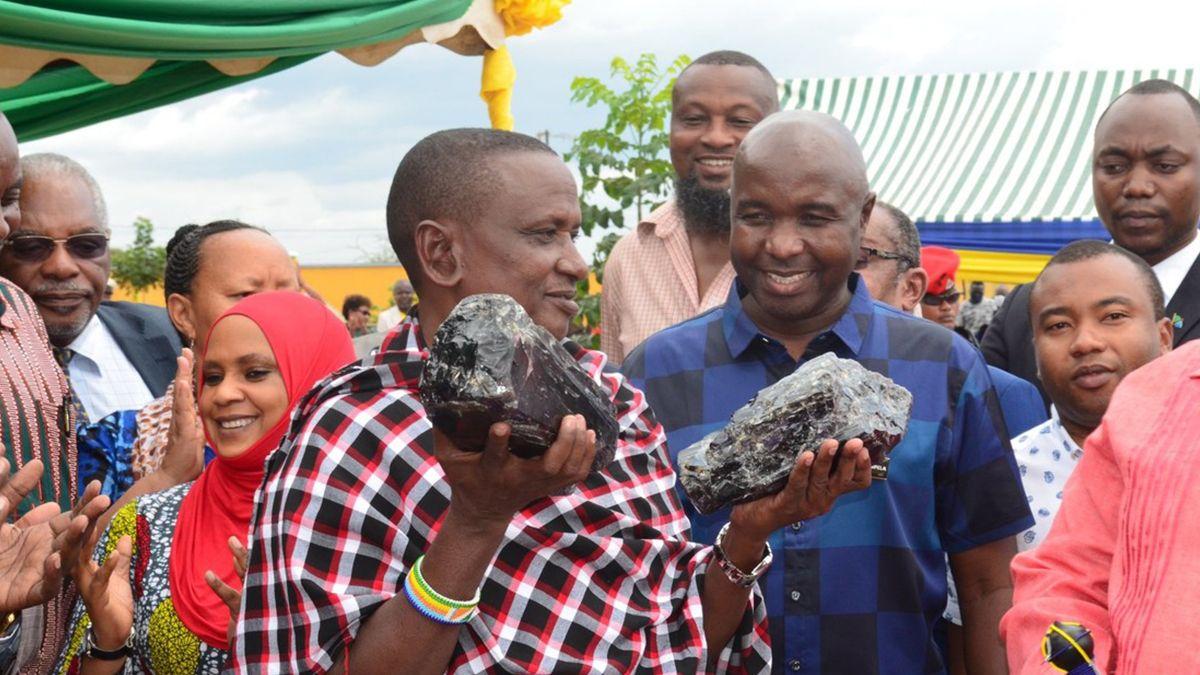 Saniniu Laizer con dos gemas de tanzanita. Ministerio de Minerales de Tanzania