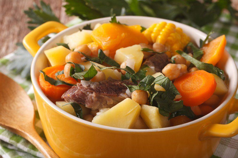 Puchero de verduras y carne para hacerle frente al frío de invierno.