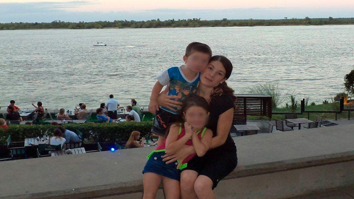Verónica Soulé junto a sus hijos.