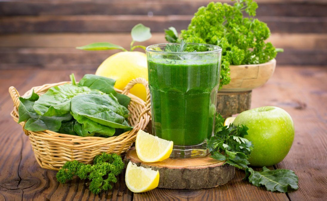 Jugo natural verde para desintoxicar el organismo.