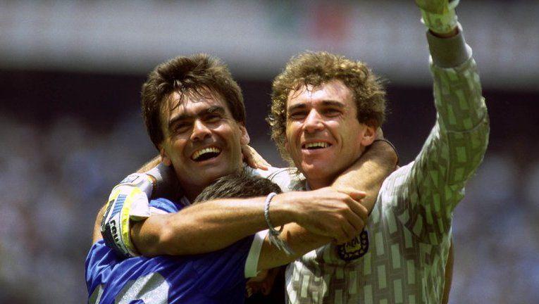 José Luis Brown, junto a Nery Pumpido, tras vencer a Inglaterra en los cuartos de final de México 1986.