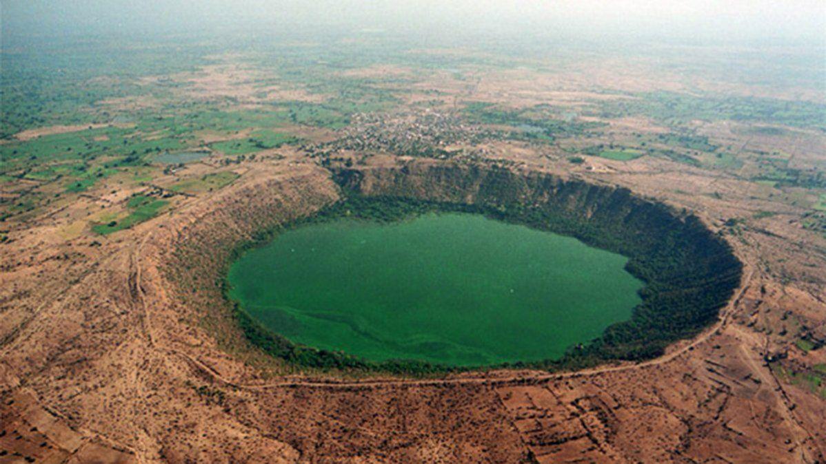 El lago Lonar fue creado por una colisión de asteroides con impacto en la tierra durante la Época del Pleistoceno.