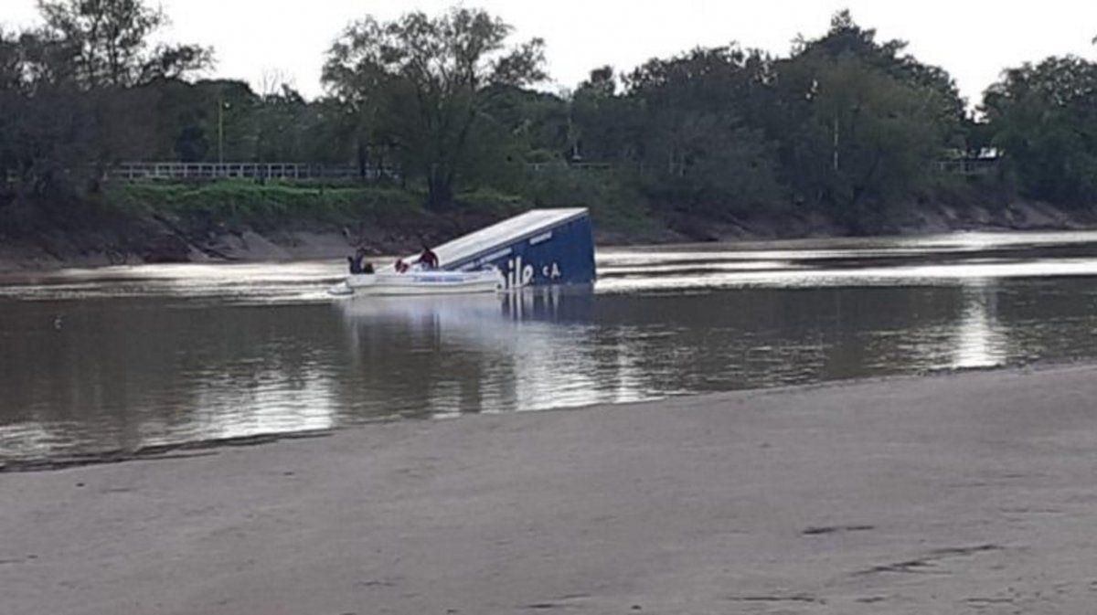 Un camión cayó al río Bermejo desde el puente que une a Chaco con Formosa