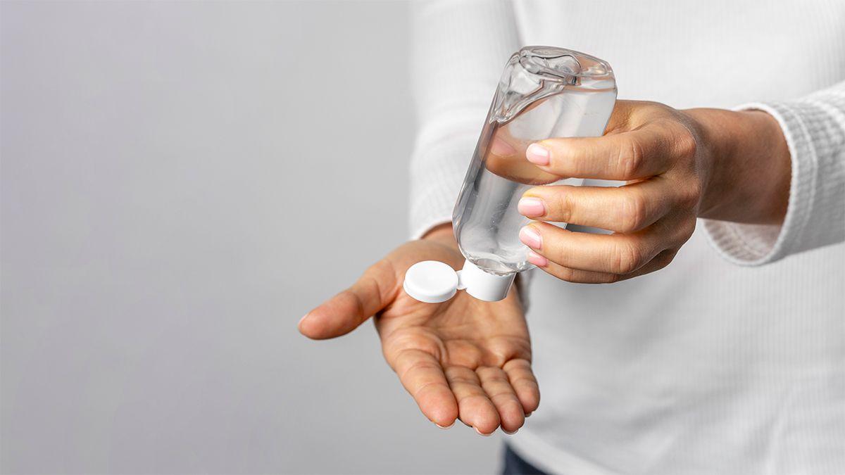 El alcohol en gel es uno de los elementos que utilizamos para combatir el covid-19. Pero no reemplaza al lavado de manos.