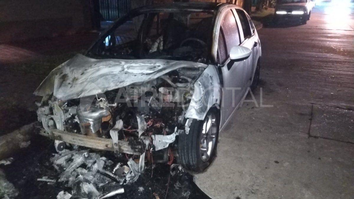 Auto quemado en el barrio Fomento 9 de Julio