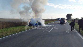 La pareja que viajaba en el Chevrolet Prisma, que se incendió, logró salir del auto.