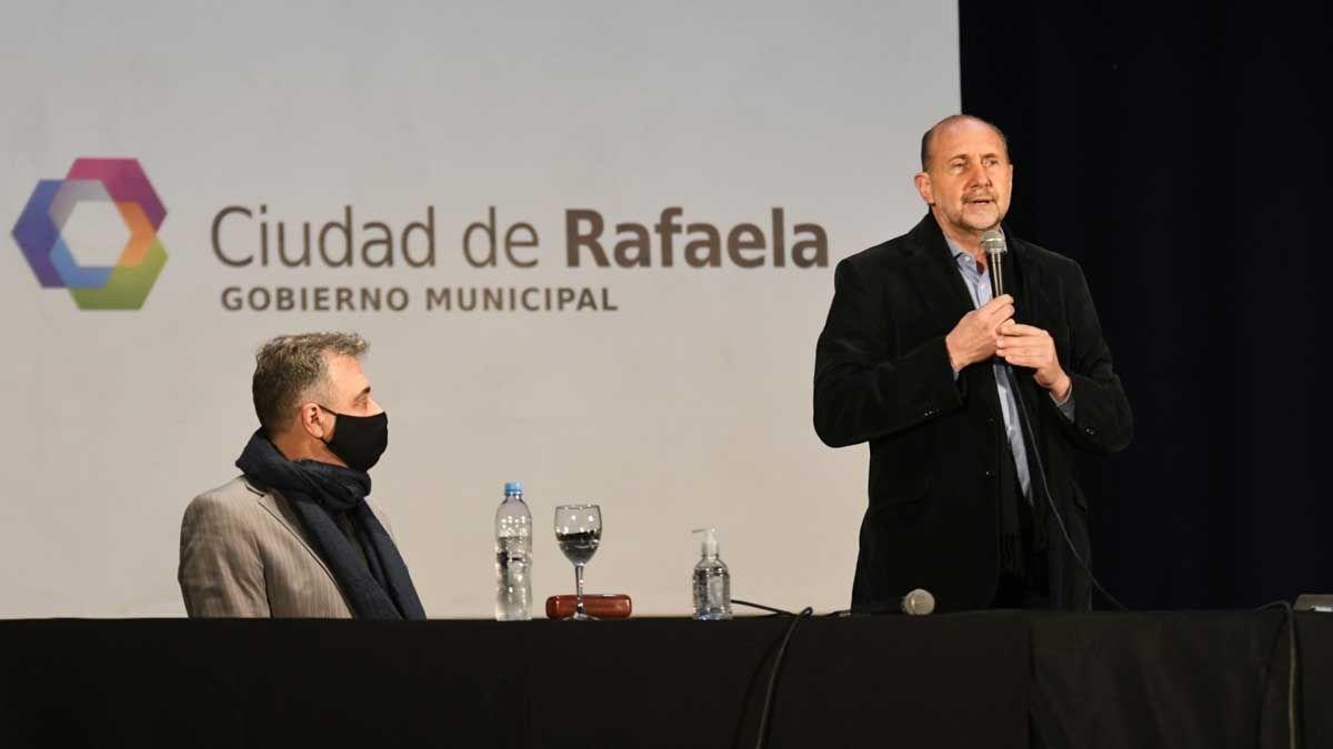 Perotti encabezó la firma de convenios con localidades del departamento Castellanos.