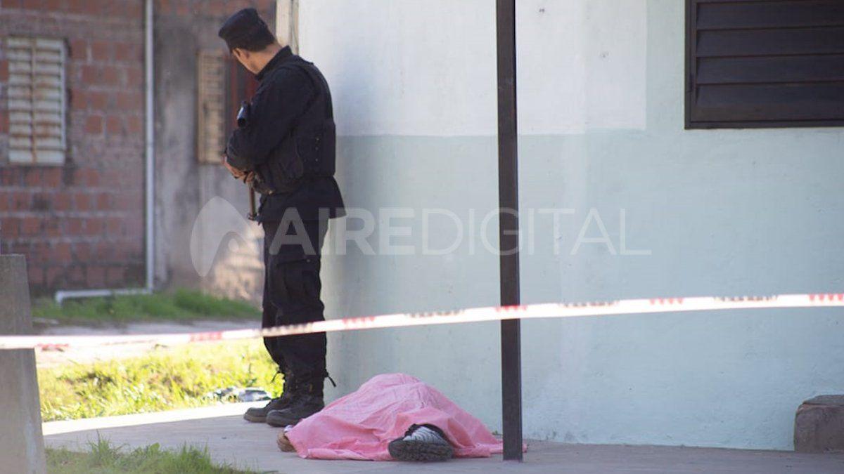 Envuelto en una sábana. El cuerpo del fallecido quedó tendido en una vereda tras el cruce de balas.
